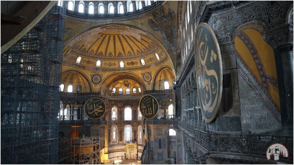 Hier befinden wir uns im Inneren der Hagia Sophia, wo stets und ständig restauriert und instandgehalten wird