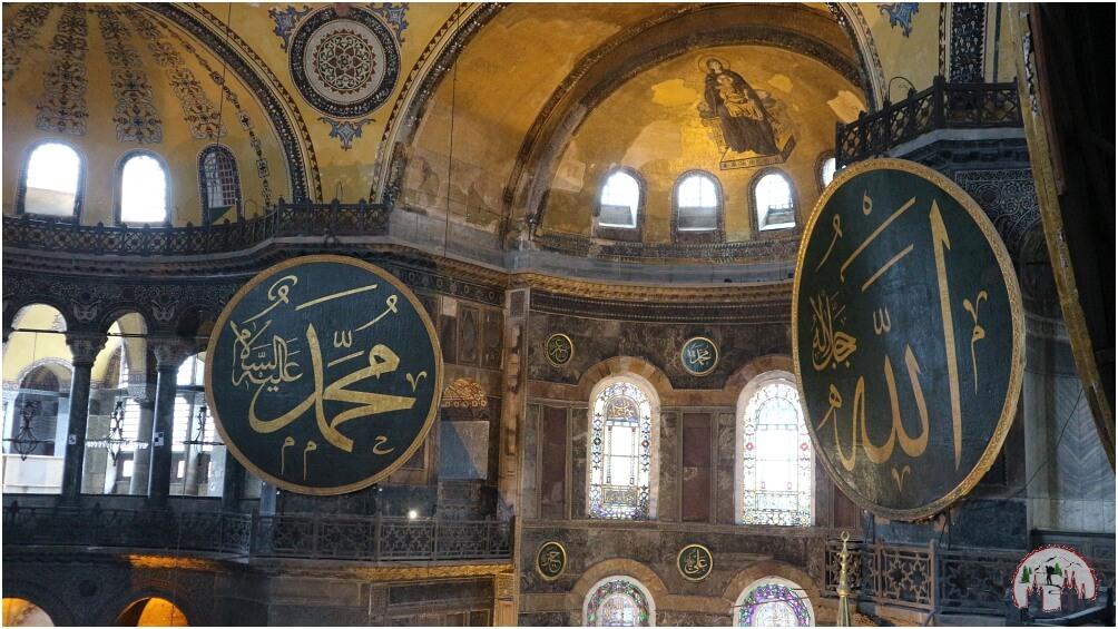 Die Rundschilde von Allah, dem Propheten Muhammad und einiger Kalifen in der Hagia Sophia