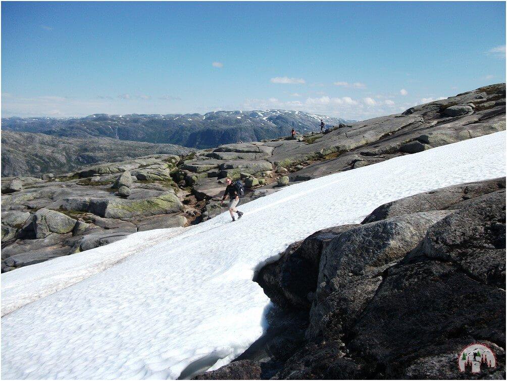 Immer wieder säumen Schneefelder den Weg unterwegs zum Kjeragbolten