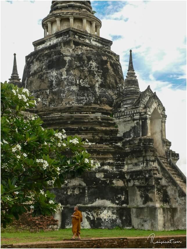 Mönch im Wat Phra Si Sanphet