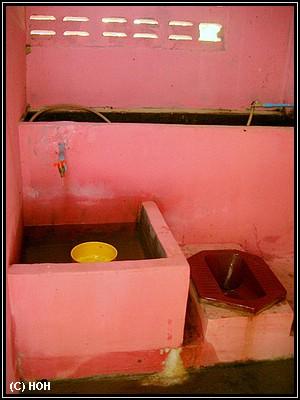 Hochmoderne Toilette im Wat Sri Chum