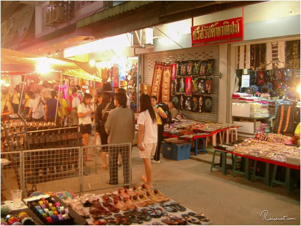 Gemütlich über den Nachtmarkt in Chiang Rai schlendern gehört irgendwie mit dazu