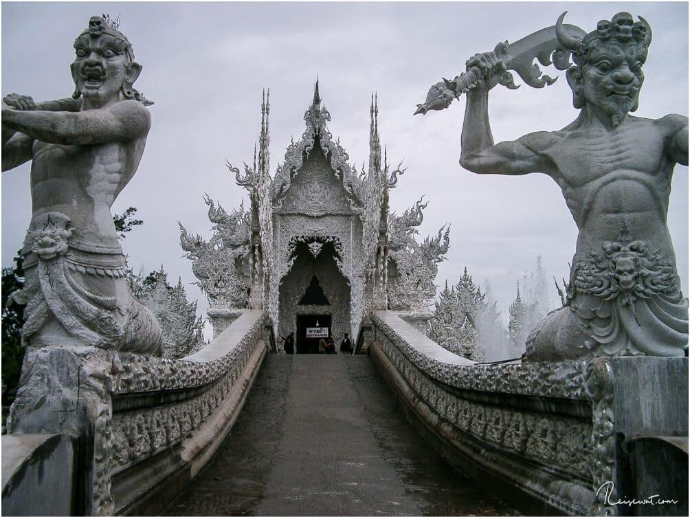 Der Eingang von Wat Rong Khun mutet fast wie aus einem Fantasyfilm an
