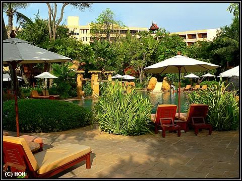 Pool- und Gartenbereich im Hotel