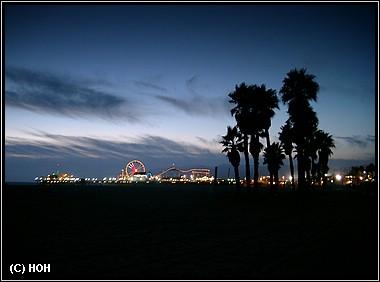 Der Pier aus der Ferne und beim Sonnenuntergang