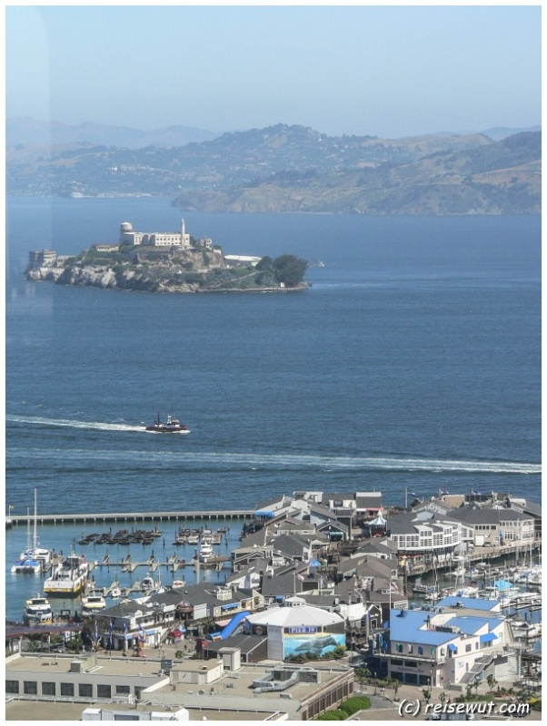 Alcatraz und Pier 19 vom Coit Tower aus gesehen