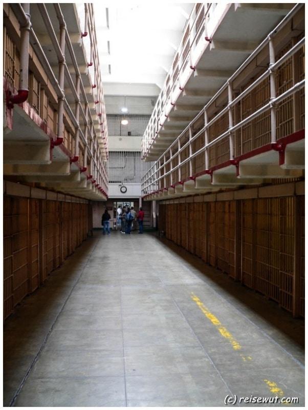 Bedrückende Stimmung im Zellengang auf Alcatraz