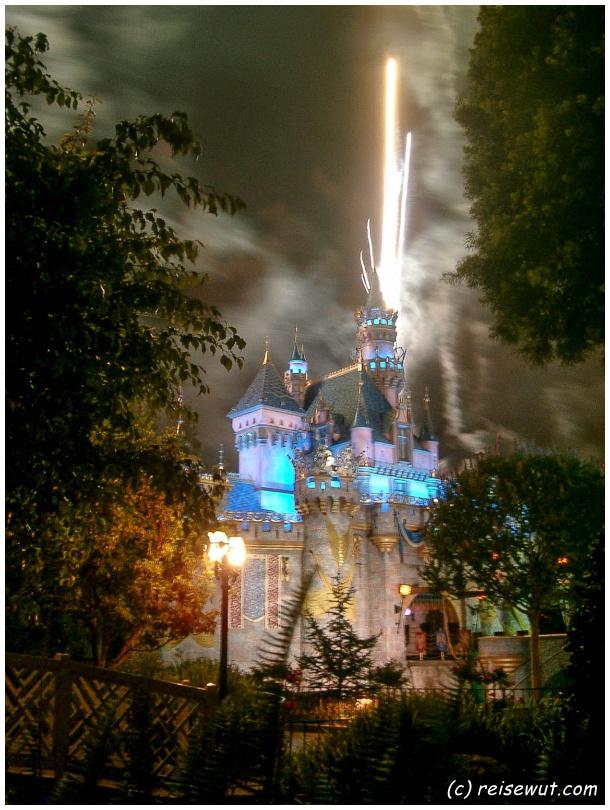 Der heimliche Star im Disneyland Anaheim ist das abendliche Feuerwerk am Schloß