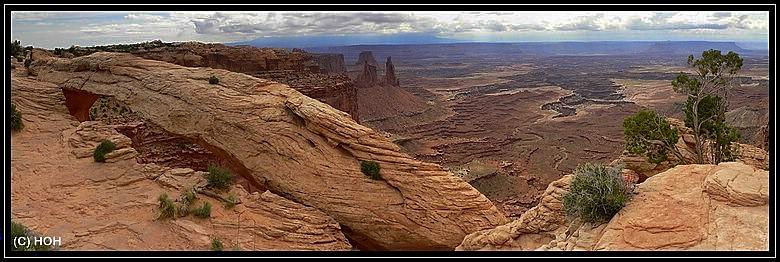 Der Mesa Arch von oben, die Aussicht dahinter ist einfach gigantisch