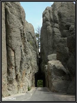 Einer der kleinen Tunnel im Custer SP