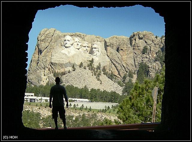 Tunnel auf der Iron Mountain Road mit Blick nach Mt.Rushmore